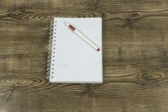 Öffnen Sie Briefpapier und Stift auf hölzernem Beschaffenheitshintergrund Stockbild