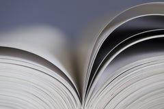 Öffnen Sie Buch auf blauem Hintergrund Stockfotos
