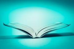 Öffnen Sie Buch auf der Tabelle Stockfotografie