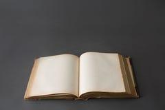Öffnen Sie Buch auf dunkelgrauem Hintergrund Stockfotografie