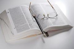 Öffnen Sie Buch auf einer Tabelle Stockbild
