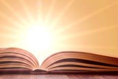 Öffnen Sie Buch auf hölzerner Tabelle Lizenzfreie Stockbilder