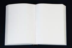 Öffnen Sie Buch auf hölzerner Tabelle Stockfoto