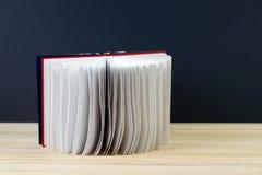 Öffnen Sie Buch auf hölzerner Tabelle Lizenzfreies Stockbild