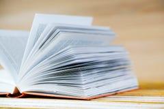 Öffnen Sie Buch auf hölzerner Tabelle Stockfotografie