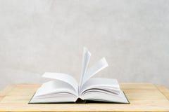 Öffnen Sie Buch auf hölzerner Tabelle Lizenzfreie Stockfotografie