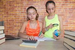 Öffnen Sie Buch auf hölzerner Tabelle Junge Mädchen, die zu Hause am Schreibtisch, Hausarbeit tuend sitzen getrennte alte Bücher Lizenzfreie Stockfotografie