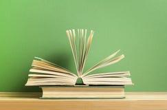 Öffnen Sie Buch auf hölzerner Tabelle Scheren und Bleistifte auf dem Hintergrund des Kraftpapiers Zurück zu Schule Stockbilder