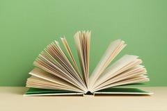 Öffnen Sie Buch auf hölzerner Tabelle Scheren und Bleistifte auf dem Hintergrund des Kraftpapiers Zurück zu Schule Stockfotos