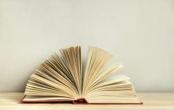 Öffnen Sie Buch auf hölzerner Tabelle Scheren und Bleistifte auf dem Hintergrund des Kraftpapiers Zurück zu Schule Freiexemplarra Stockbild