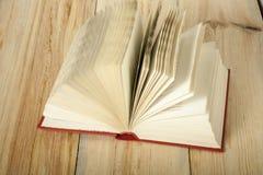 Öffnen Sie Buch auf hölzerner Tabelle Scheren und Bleistifte auf dem Hintergrund des Kraftpapiers Zurück zu Schule Freiexemplarra Lizenzfreie Stockbilder