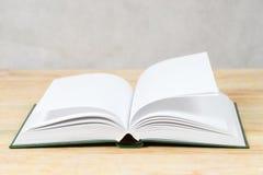 Öffnen Sie Buch auf hölzerner Tabelle Zurück zu Schule Kopieren Sie Platz Lizenzfreie Stockbilder