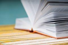 Öffnen Sie Buch auf hölzerner Tabelle Zurück zu Schule Kopieren Sie Platz Lizenzfreie Stockfotos