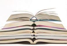 Öffnen Sie Buch auf Hintergrund Stockfotografie