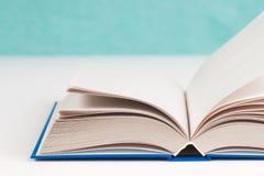 Öffnen Sie Buch auf Tabelle Zurück zu Schule Kopieren Sie Platz Stockfotos