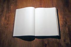 Öffnen Sie Buch auf Weiß Lizenzfreie Stockfotos