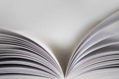 Öffnen Sie Buch auf weißem Hintergrund Stockfotografie