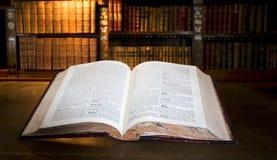 Öffnen Sie Buch in der alten Bibliothek Stockfotografie