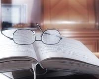 Öffnen Sie Buch in der Bibliothek Lizenzfreie Stockfotos
