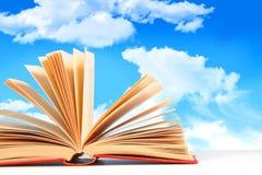 Öffnen Sie Buch gegen einen blauen Himmel Stockbilder