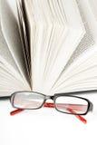 Öffnen Sie Buch mit Brille Stockfotografie