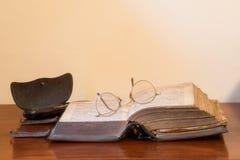 Öffnen Sie Buch mit Gläsern Stockbilder