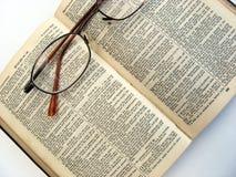 Öffnen Sie Buch und Gläser Stockfoto