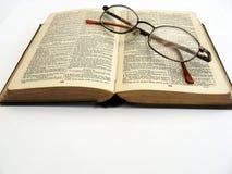 Öffnen Sie Buch und Gläser Stockfotos