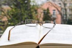 Öffnen Sie Buch und Gläser Lizenzfreie Stockfotos