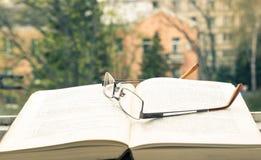 Öffnen Sie Buch und Gläser Stockfotografie