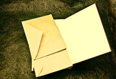 Öffnen Sie Buch und Umschläge Stockbild