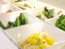 Öffnen Sie Buffet im Hotel Frische Gurken, geschnittene Zitronen und ließen stockfotografie