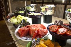 Öffnen Sie Buffet im Hotel Geschnittene Wassermelone, Orangen, Tomaten, lizenzfreie stockfotos