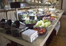 Öffnen Sie Buffet im Hotel Geschnittene Wassermelone, Orangen, Tomaten, stockbild