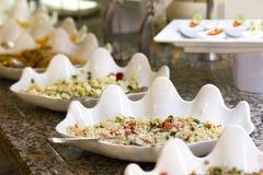 Öffnen Sie Buffet im Hotel Reissalat und -aperitifs im weißen Bogen stockbild