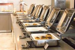 Öffnen Sie Buffet im Hotel Vielzahl von Brötchen und von Kuchen stockfoto