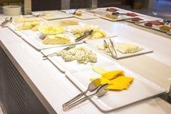 Öffnen Sie Buffet im Hotel Vielzahl von Käsen auf Weiß überzieht Esprit lizenzfreie stockfotografie
