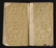 Öffnen Sie das alte Buch, das auf Schwarzem lokalisiert wird grungy getragene Papierbeschaffenheit Stockfotografie