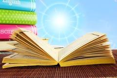 Öffnen Sie das alte Buch, das auf Himmelhintergrund lokalisiert wird Lizenzfreie Stockfotos