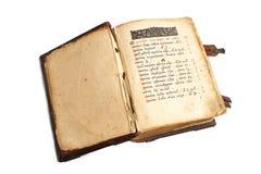 Öffnen Sie das alte kyrillische Buch, das auf Weiß lokalisiert wird Stockfoto