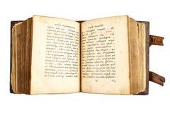 Öffnen Sie das alte kyrillische Buch, das auf Weiß lokalisiert wird Lizenzfreies Stockfoto