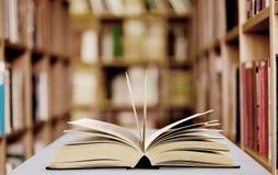 Öffnen Sie das Buch, das auf Hintergrund getrennt wird Stockfotos