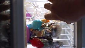 Öffnen Sie das Fach des Schranks und setzen Sie das Glas im Regal stock footage