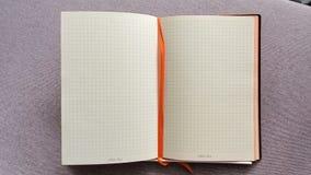 Öffnen Sie das Notizbuch in einem Käfig auf Tabelle Offenes Tagebuch im Kasten Nahaufnahmevideobewegung Geschäftskonzept, Platz f stock video
