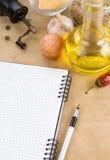 Öffnen Sie das Notizbuchkochbuch, das zum Rezept betriebsbereit ist Stockfotografie