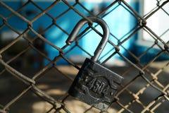 Öffnen Sie das Vorhängeschloß auf einem Metallgitter Lizenzfreie Stockfotografie