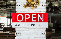 Öffnen Sie das Zeichen, das an einem Pfosten außerhalb eines Restaurants hängt Lizenzfreie Stockbilder