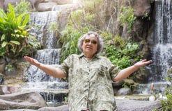 Öffnen Sie die Aktionshand des Seniors gealtert mit glücklichem gehen zu reisen stockfotografie