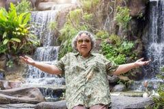 Öffnen Sie die Aktionshand des Seniors gealtert mit glücklichem gehen zu reisen stockbilder