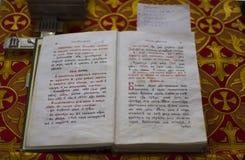 Öffnen Sie die alte Bibel, die in die alte slawische Kirche geschrieben wird Lizenzfreies Stockbild